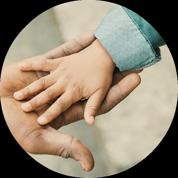 Une main d'enfant sur une main d'adulte