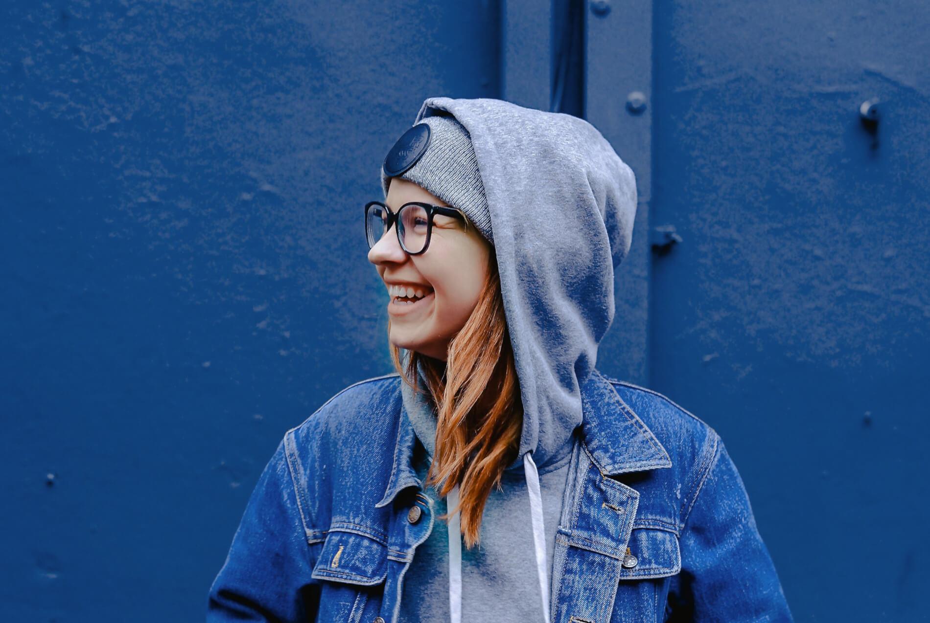 Une adolescante souriante regardant vers la gauche