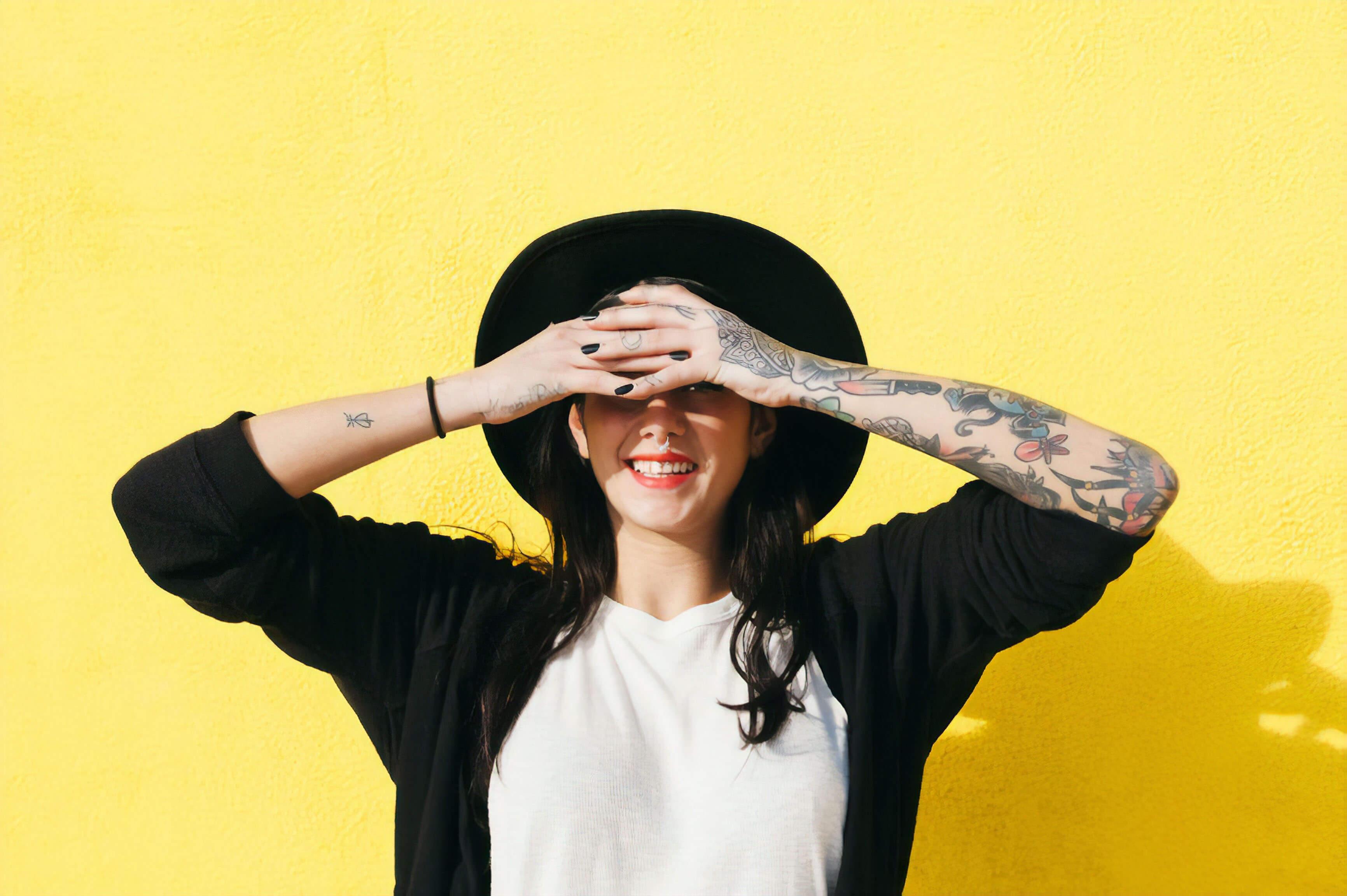 Une femme se cache le visage avec ses mains